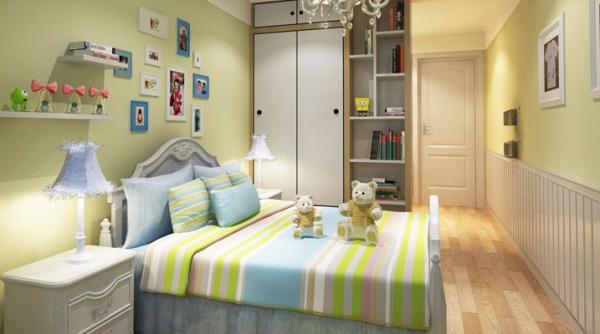 苹果绿与暖黄色的结合制造出了一个清新且充满童趣的环境,白色的柜子又显得房间干净整洁