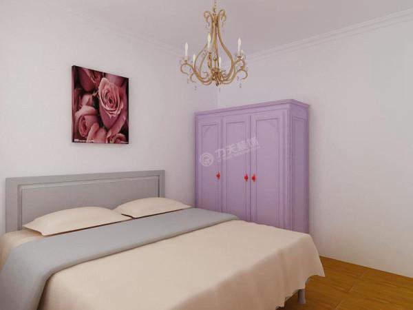 主卧摆放一张双人床,床的前方陈列一个衣柜。
