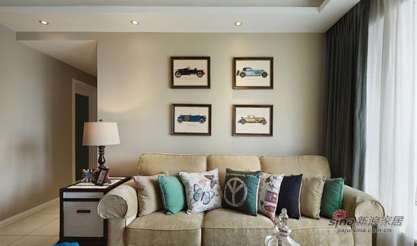 不同图案的沙发抱枕配上墙上汽车图案,非常漂亮。