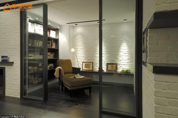 书房及卧室跟公共空间的地板交接面刻意拉至门外,室内地面的木地板向外延伸到公共空间,制造滚边的视觉效果。