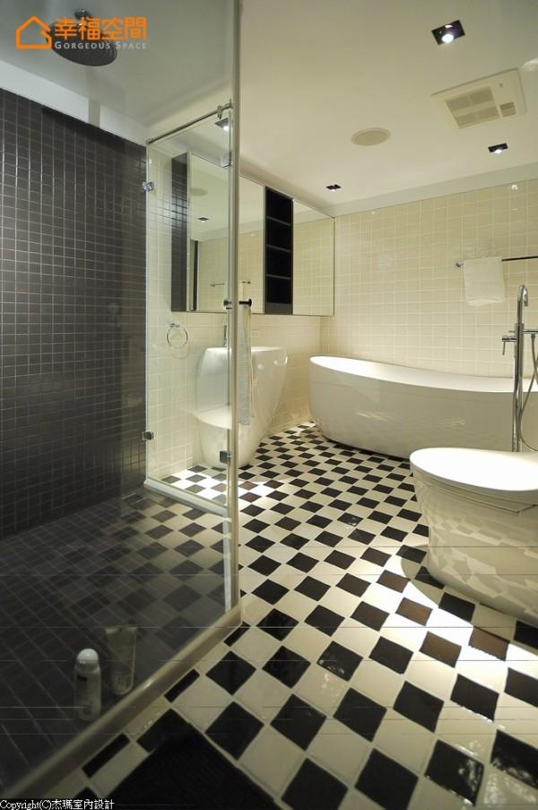 偏好美式风格的屋主,以黑白灰为基调,干湿分离的地砖上作变化组合,区隔独立式的浴缸及玻璃淋浴间,置物柜镜面加大,让空间感变大。