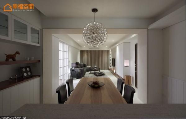 思考入中轴概念的延伸,厨房其一的素面门片关阖后恰为灯具对应之中心点。
