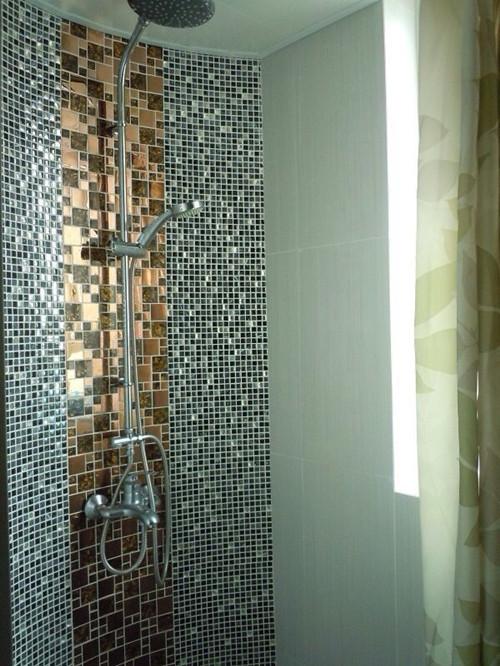 """""""淋浴室的装修效果备显豪华,墙壁中间的大马赛克真有土豪金的样子。"""""""