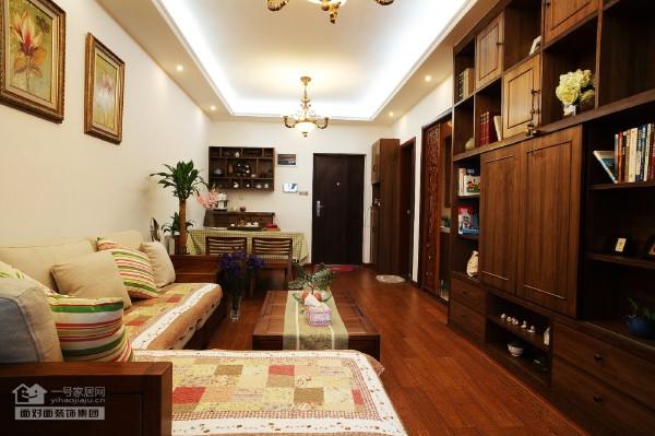 古朴雅致的木质家具,仿花梨木和紫檀色的主色调。