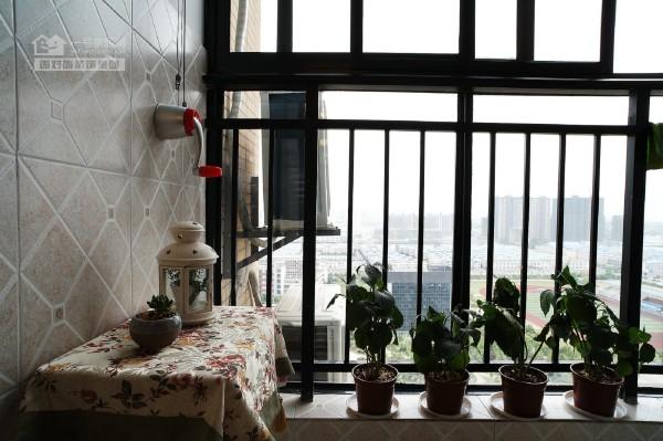 阳台上的绿色盆景搭配旁边的布艺小桌,整体给人一种放松身心,修养性情的别致享受。