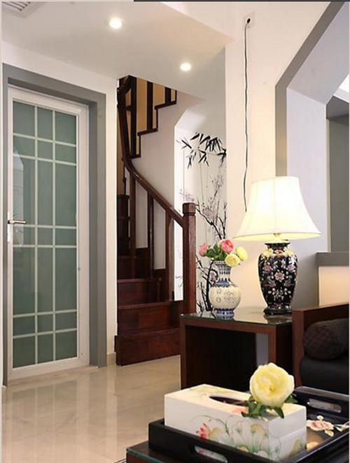 客厅边上的四斗柜的侧面是有着复古印花的图案。