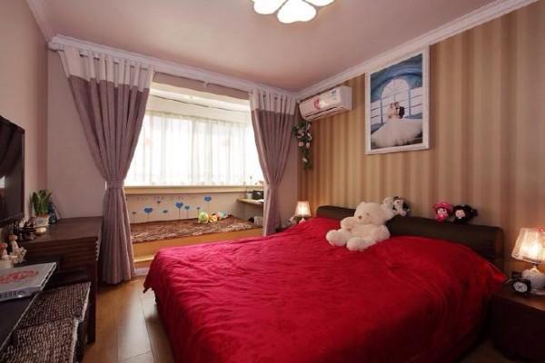 卧室占据了整个房子的大空间,摆放下一张双人大床,还有空余位置坐个地台充当书房。