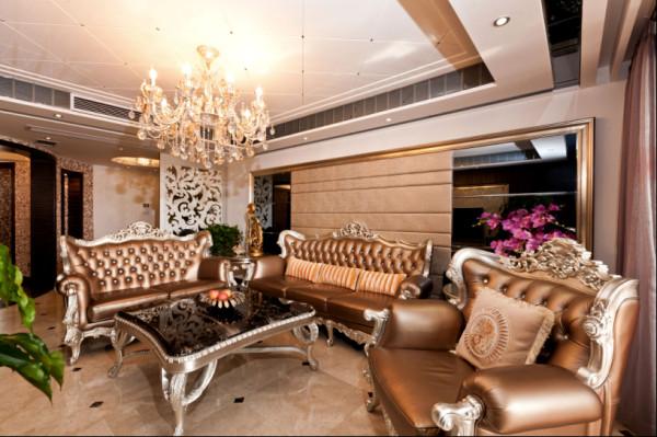 平时吕先生一家人会经常在客厅交流看电视,他非常注重于家人的沟通,他说就算家里装修得再豪华,没有家人,那么这也只能算是房子而不是家。
