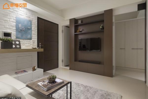 电视主墙旁的隐藏门设计,局部深色木皮用色,贴心日后浅色系维护的方便性。