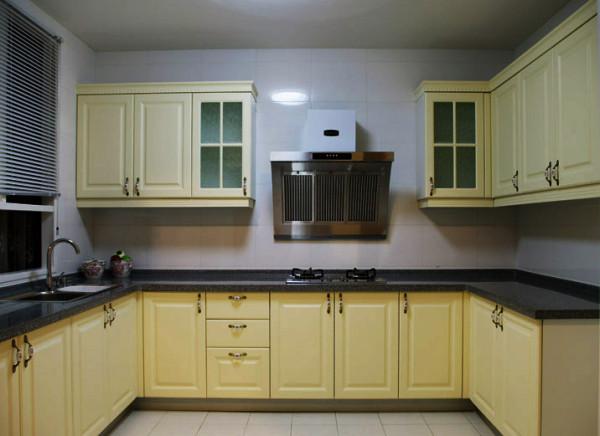 一个大厨房无非是妈妈最爱的空间,整个厨房颜色整体,橱柜设计功能齐全。厨房是最富有爱的家居空间,这样的一个完美厨房一定会令全家人更加的健康,幸福。