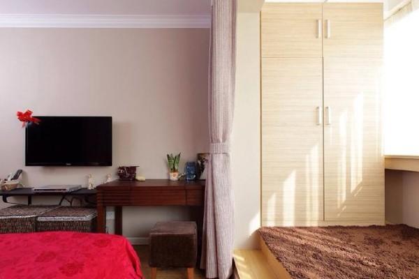 临近窗户的位置,用地台突出这个地方,铺上绒毛地毯,可坐可躺,作为休息区再合适不过。一旁沿着墙柱打造了立体衣柜,嵌入后感觉很整齐。