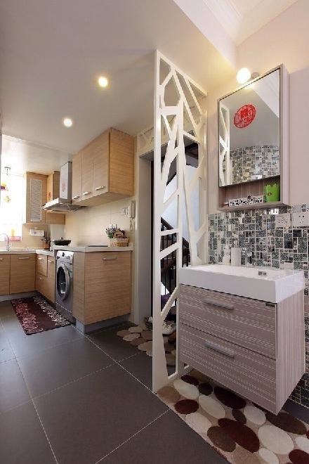 门口和洗手台的地面铺上鹅卵石,很有庭院的感觉。