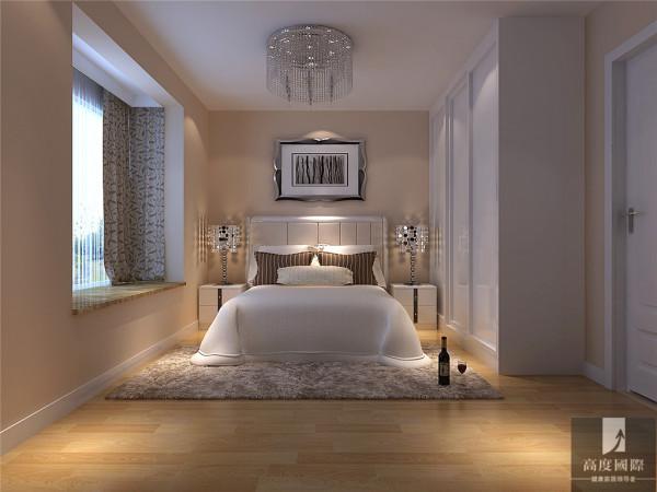 主卧的设计上以白色为主。浅暖色的少量壁纸的运用,在简约的风格里多了一些贵气也符合业主的年龄层。