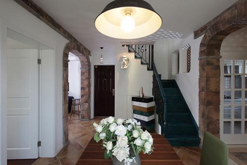 楼梯的位置可以最大程度的利用空间,而且楼梯下面也被充分利用了,做成个小杂物间,南侧则做了鞋柜,功能齐全。