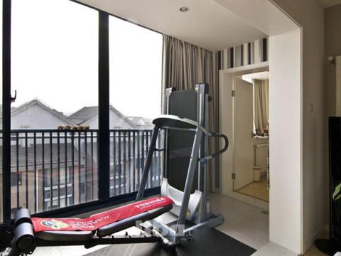 设计师充分利用了室内的每一寸空间,客厅阳台改造成了健身区,同时扩大了客厅的面积。