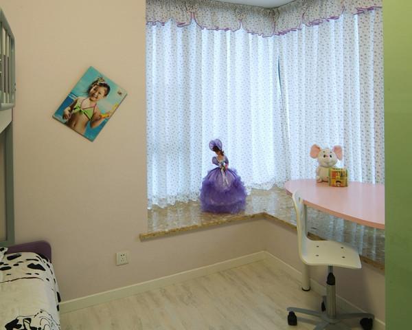 双人儿童床是现代家庭的理想选择,儿童房色彩不宜太鲜亮,九品装饰设计师用清新温馨的色彩和家具打造出一间适宜儿童的小天地。