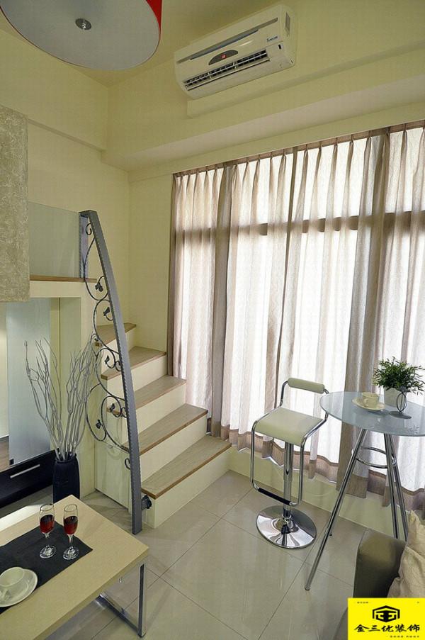 小空间中最在意的收纳,洛凡设计以全面性安排,梯面的上掀或是侧向储柜,满足了屋主机能需求。