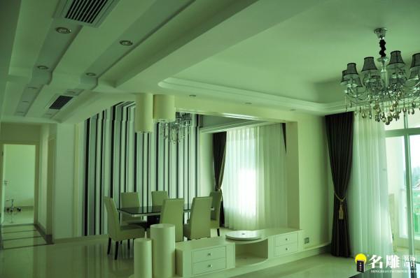 名雕装饰设计—现代风格—四居室—餐厅:客、餐厅的黑白灰条纹墙纸与天花上局部条状相呼应。