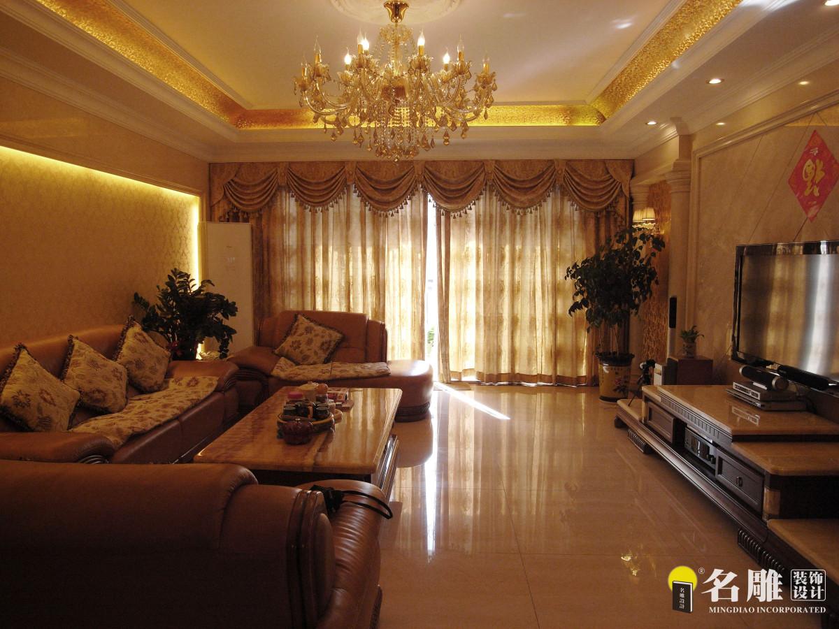 欧式风格202平三居室个性家居:较多运用欧式线条,而且层次感鲜明,话沷明朗,从色彩搭配而言跳跃性较强,大面积浅色调,像白色、黄色质感强的酒红色木制家私,蕴含着高贵,典雅,对于欧式的装饰拥有独特的语言。较大亮点的材质送配上面,线条柔和的沙发与餐桌,电视背景墙玉石的选配,天花灯槽金钻的选用,随时流露着低调的奢华。