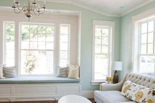 这样的风格很显然是现代欧式的做派,门窗设计都以流畅的线条,精致的雕刻。颜色很素净,蓝色的墙面,白色的家具,很清新自然。