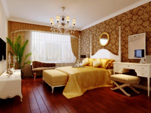 主卧深色地板配合深色壁纸,整体感觉雍容华贵、相互呼应,白色墙面衬托出它的高贵,室内大量实用的深色系,不仅没有影响屋内采光,反而是室内显得更加温馨和谐。
