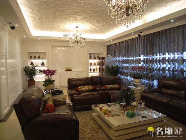 名雕装饰设计——万科虹溪诺雅四居室——新古典风格——客厅:在现代时尚的居所中引入古典元素,使现代与古典形成强烈的对比,更好地烘托了主题