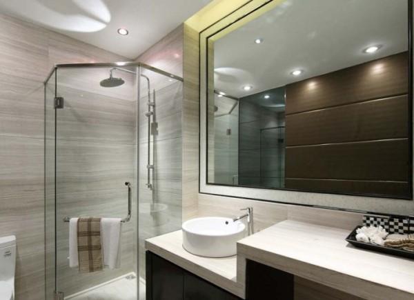 卫生间的墙砖选用条纹横线,拉伸整个空间,而洗脸盆的位置多做出来台面,节省洗衣机位置。