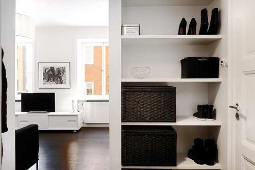"""""""当你打开家门时,要做好心理准备,玄关处的鞋柜直接将黑与白的强烈对比展示在你面前。看来,业主的确是个地道的黑白控。"""""""