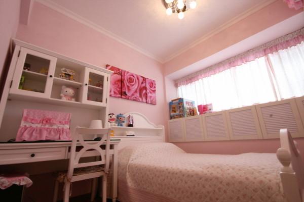 粉色墙面+白色家具的女孩房