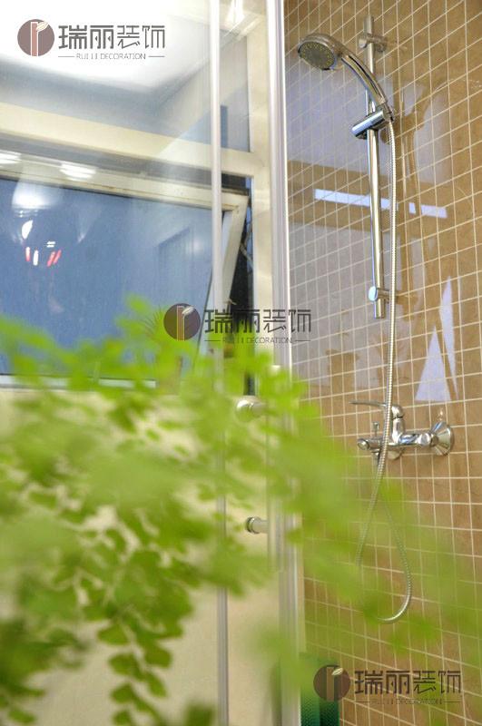 绿色植物与裸色瓷砖相得益彰