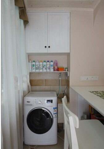 洗衣间里有简单的储物柜。