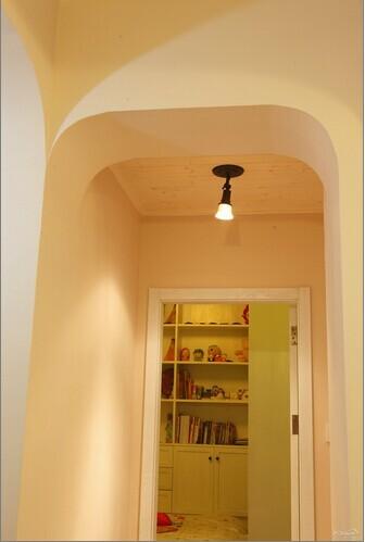 走廊的吊顶,是简单的。
