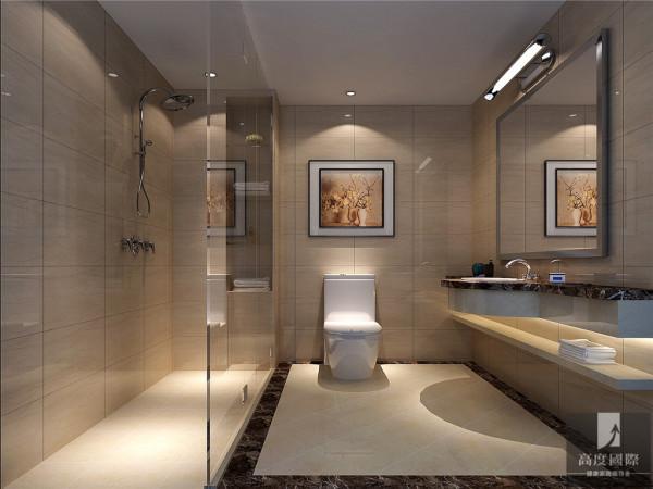 卫生间的设计非常简洁,也很实用。一面简单的镜子,淡黄的大理石台面,简单又易清洁。经典的反光马赛克墙砖并没有贴满整面。金属色的马赛克围着洗漱台面一圈