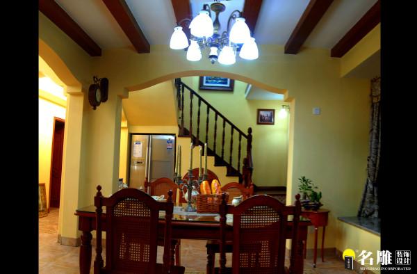 楼梯踏步的侧面各种地中海风格图案和实木踏步更使人感到脚踏在异国风情空间。