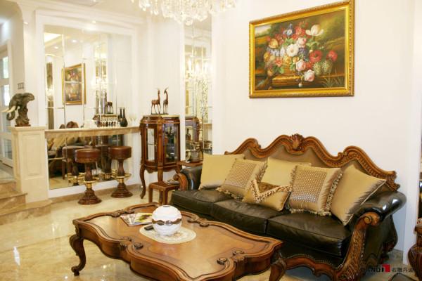 名雕丹迪设计-凯茵新城别墅-简欧客厅:以条的叠加,白色为主体色,利用后期深色家私及软饰的搭配,突视觉中心、空间利用镜面把家私外景欢引入室内,生活中无不透出一些惊喜