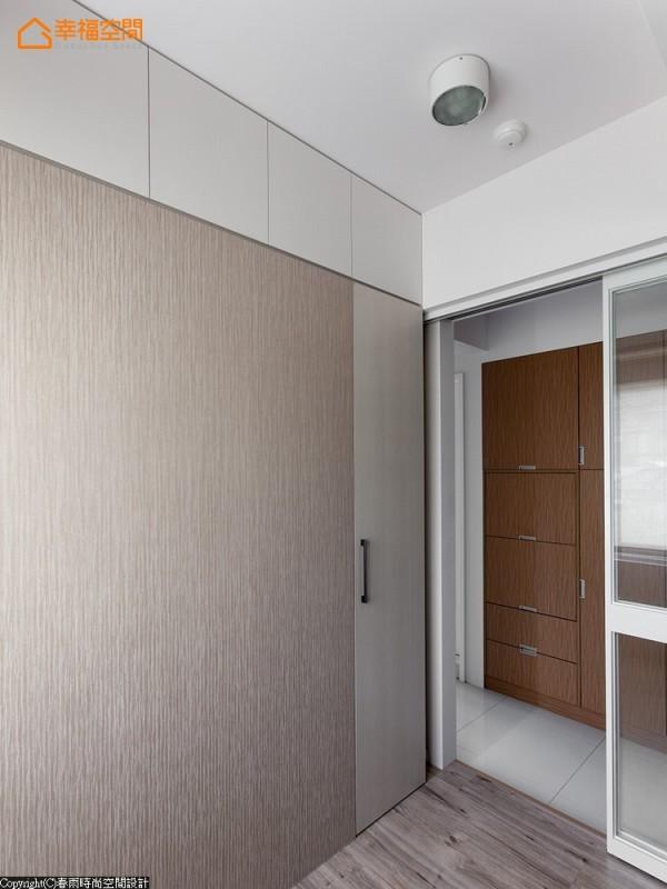 考虑到屋主的所需,设置充分的收纳柜体,并在造型上力求线条简洁利落及方便整理。