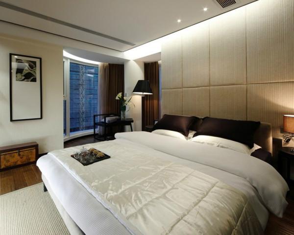 简单的线条吊顶设计点缀单调色彩,木地板铺卧室是现代家庭最爱,各家具布局简单精巧,空间明亮洁净,配以深色的窗帘能促进睡眠。