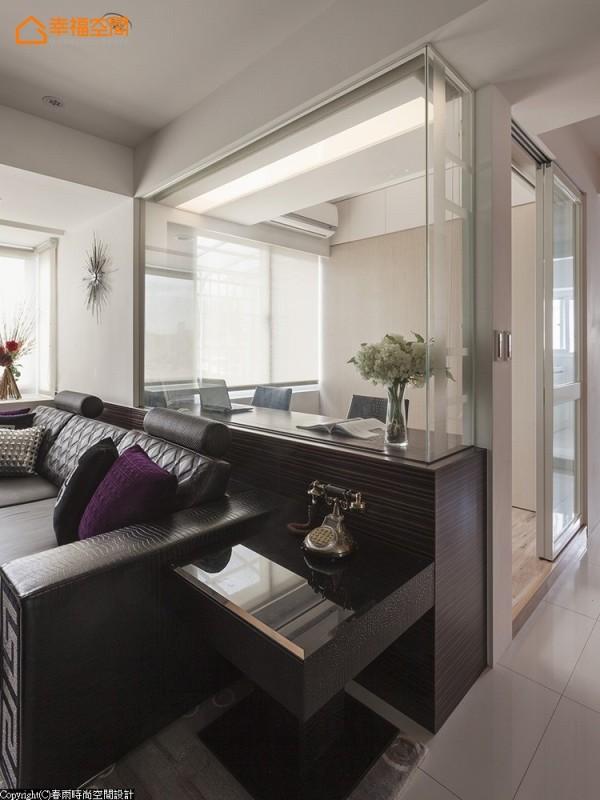 书房是客厅与餐厅的视觉延伸,除了以玻璃做隔间,也可以用卷帘来界定隐私的使用。