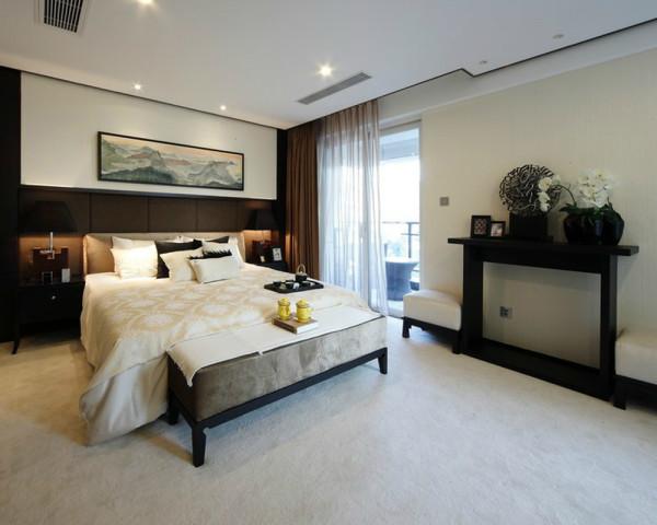 统一风格的简约吊顶设计,各家具的摆放布局,让小小的卧室空间宽广很多,铺上柔软的地毯,让你的生活慢下来,特别是阳台的设计,别具一般风趣。