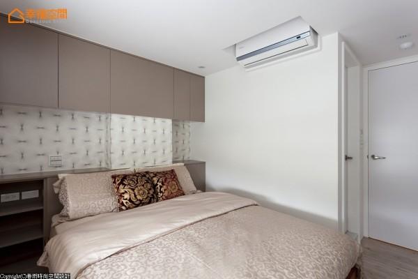 主卧床头面墙的梁与柱,以上下系统柜的方式及图案壁纸,巧妙地将它作包覆。