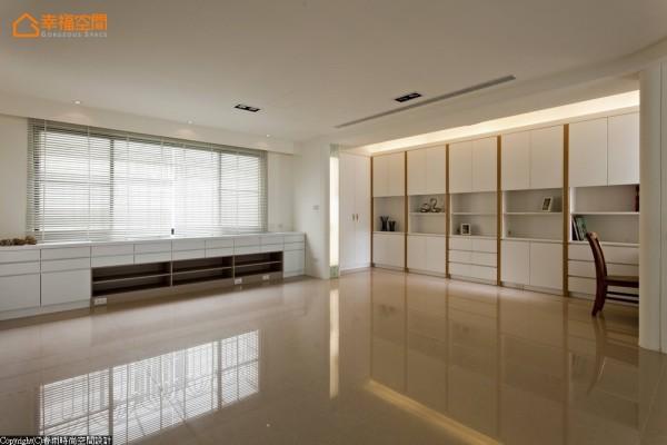 敞阔的挑高楼层作为男主人的书房与女主人的气功养生区,充分利用空间过渡转圜区。