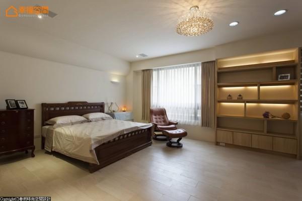 设计师拆除全屋地板,改以木纹砖铺饰温馨暖意。