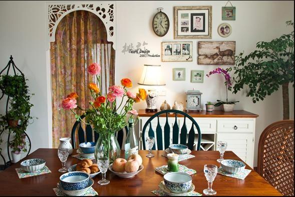 餐柜上的小装饰画都是不同店里淘来的组合的。椅子也是不同款式的组合~餐椅的墨绿色也是定制的颜色~