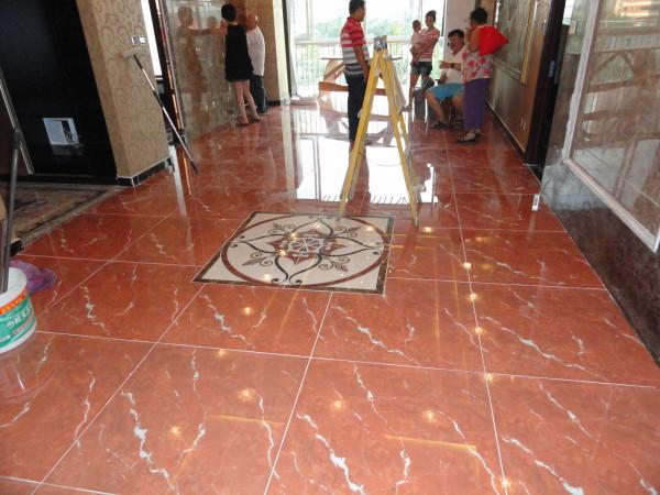 客厅地砖。