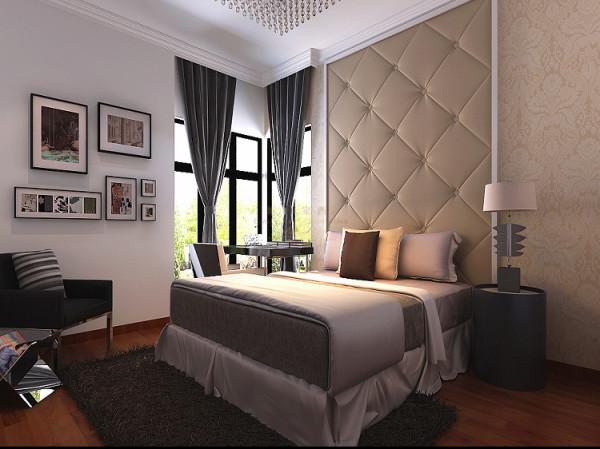 在卧室的设计中,背景墙的设计是利用了软包,线条壁纸的结合,给人感觉雍容华贵。