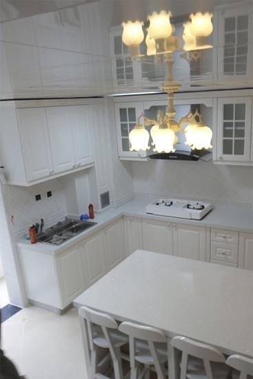 勿将嵌入式烤箱或洗碗机/消毒柜置于转角处。否则门打开后,会挡住旁边的抽屉或柜子。也尽量避免将抽油烟机紧挨着转角连壁柜安装。