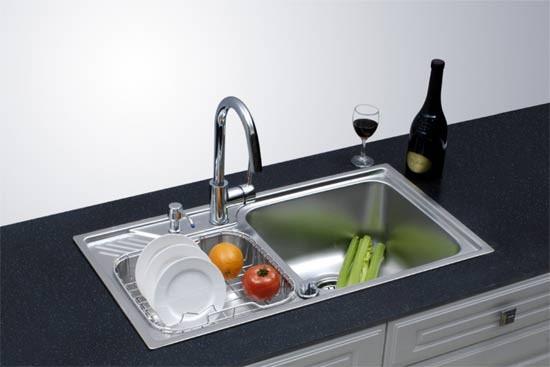 水槽和洗碗机/消毒柜临近放置。在洗碗机/消毒柜与水槽之间设置40-60cm宽的操作台面,可放置餐盘滤干架。