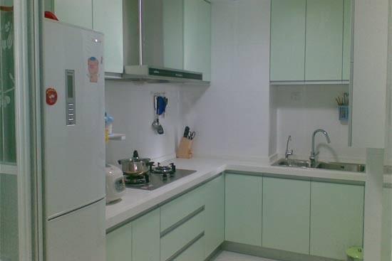 L形厨房是既实用又常见的厨房设计。以这种方式在两面相连的墙之间划分工作区域,就能获得理想的工作三角。炉灶、水槽、消毒柜以及冰箱,每个工作站之间都留有操作台面,防止溅洒和物品太过拥挤。