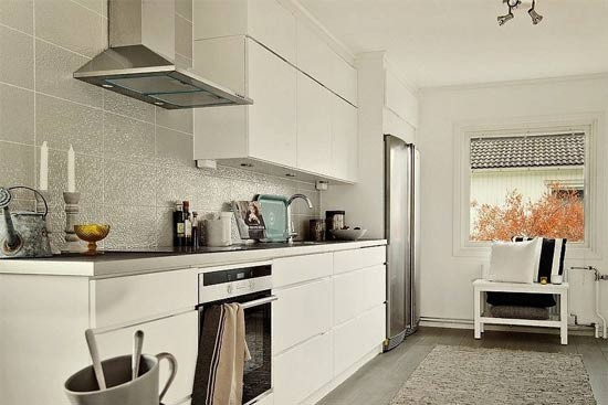 I形厨房是将所有的电器和柜子都沿一面墙放置,工作都在一直线上进行。这种紧凑、有效的窄厨房设计,适合中小家庭或者同一时间只有一个人在厨房工作的住房。