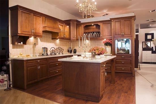 玻璃器皿、瓷器和刀叉应靠近水槽和洗碗机/消毒柜储存。想节省操作台面的空间,可以考虑在墙上安装滤干架和刀架。